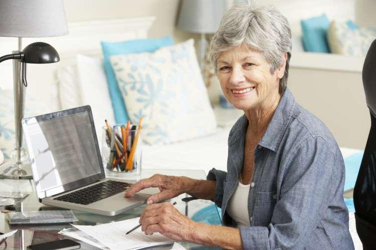 Eldre dame i arbeid