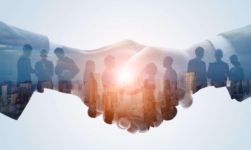 Håndhilser og mennesker i silhuett på hendene